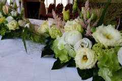 27 Hochzeitstisch längliches Tischgesteck